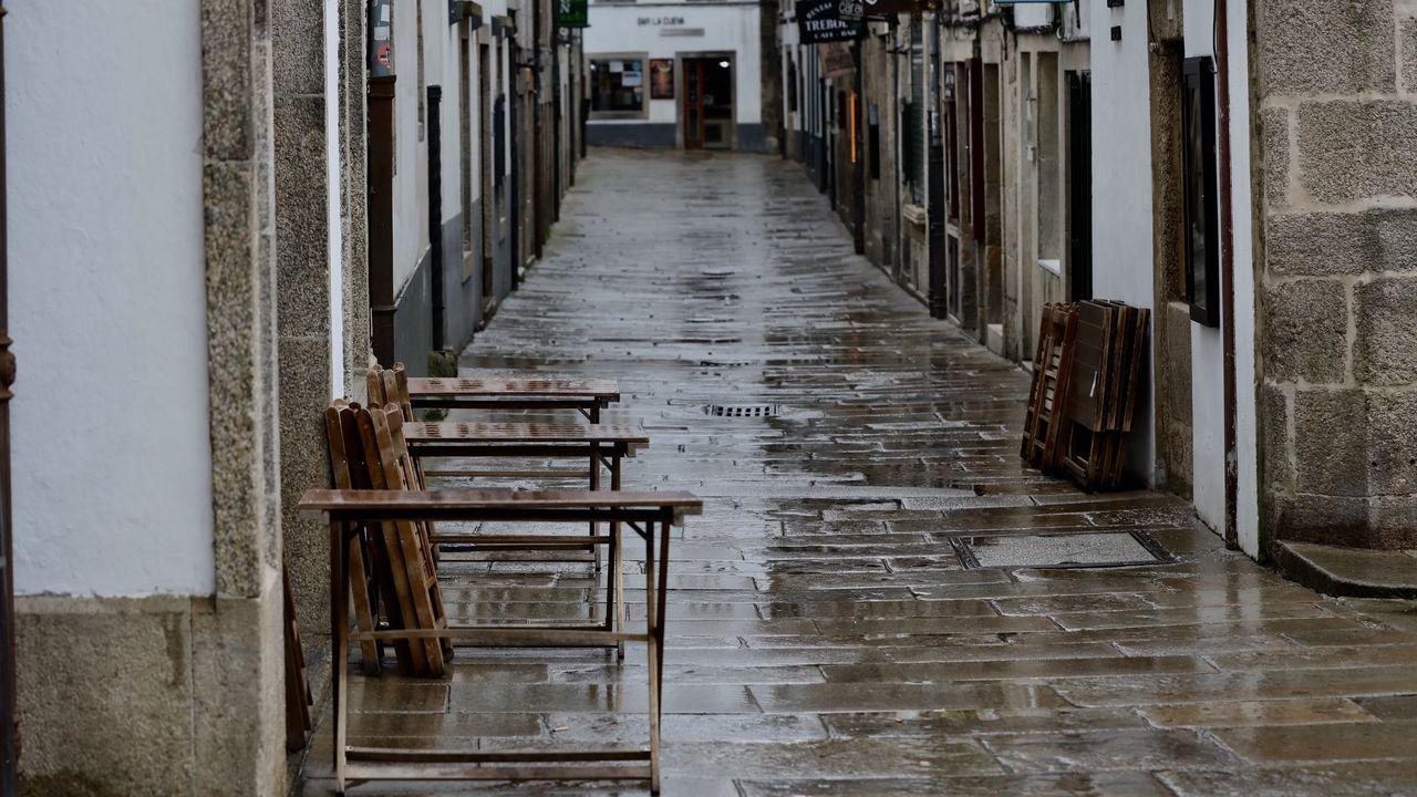 Rúa da Raíña, en Santiago, completamente vacía