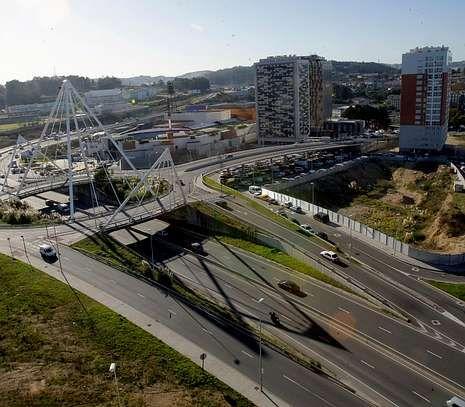 Vista aérea de la avenida de la Universidad con las torres de Someso al fondo.