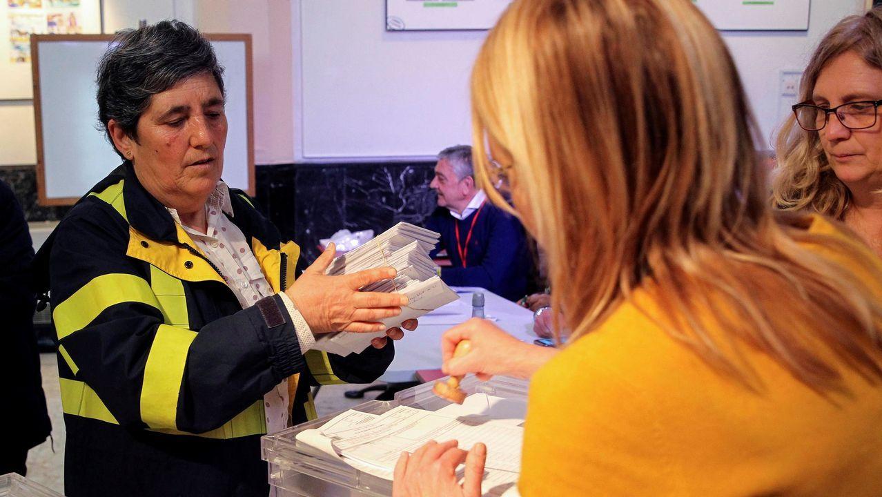 Albert Rivera, recibido con hostilidad en el pueblo de Josu Ternera.Una trabajadora de Correos entrega a la presidenta de una mesa electoral votos emitidos por correo