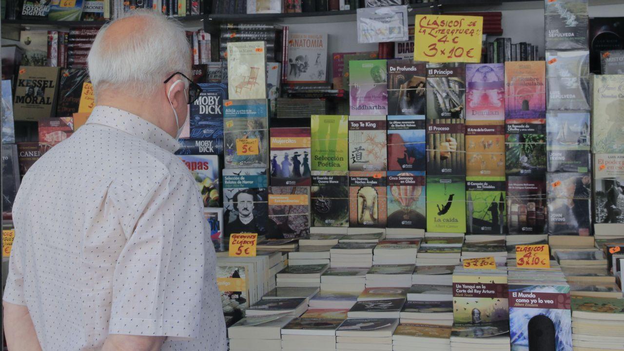 El Club Fluvial en blanco y negro.Una de las librerías de la feria vende grandes clásicos de la literatura a precios asequibles.