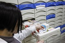 Un farmacéutica busca medicamentos