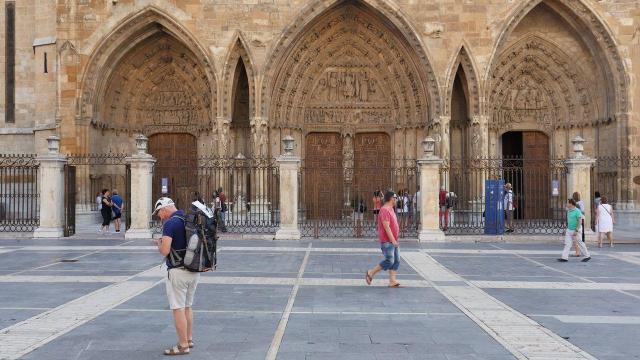 Un peregrino, delante de la catedral de León