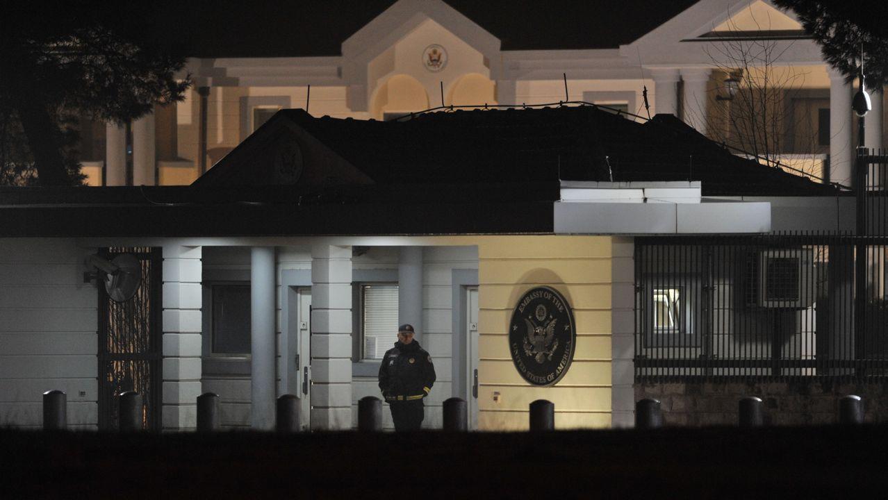 Los turistas se protegen de la lluvia en Oviedo.Embajada estadounidense en Montenegro