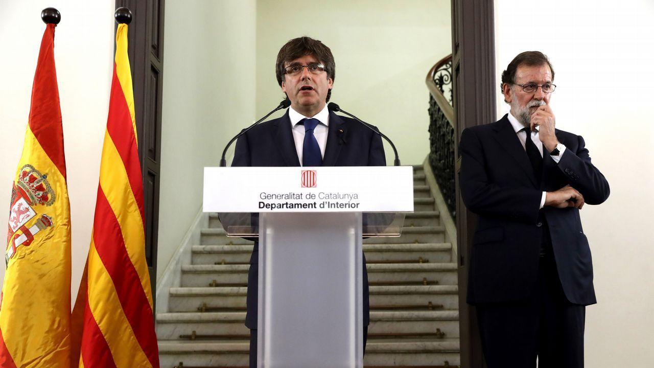 El presidente de la Generalitat de Cataluña, Carles Puigdemont, y el presidente del Gobierno, Mariano Rajoy, durante la declaración institucional tras la reunión del gabinete de crisis