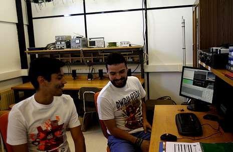 Antón Vázquez y Xabi Crespo en la estación terrano desde donde controlan el satélite.