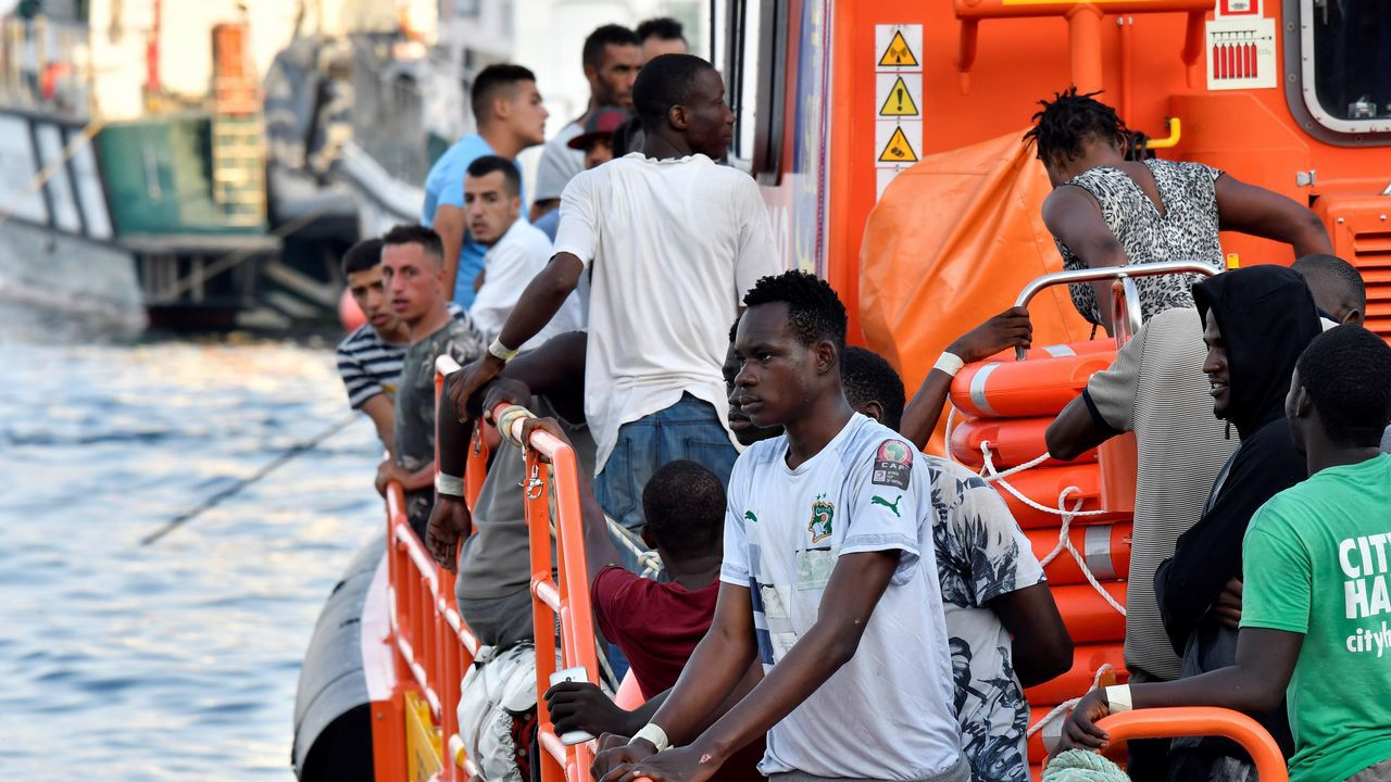 Imagen de la llegada a puerto de 25 personas rescatadas este viernes tambien en el mar de Alborán