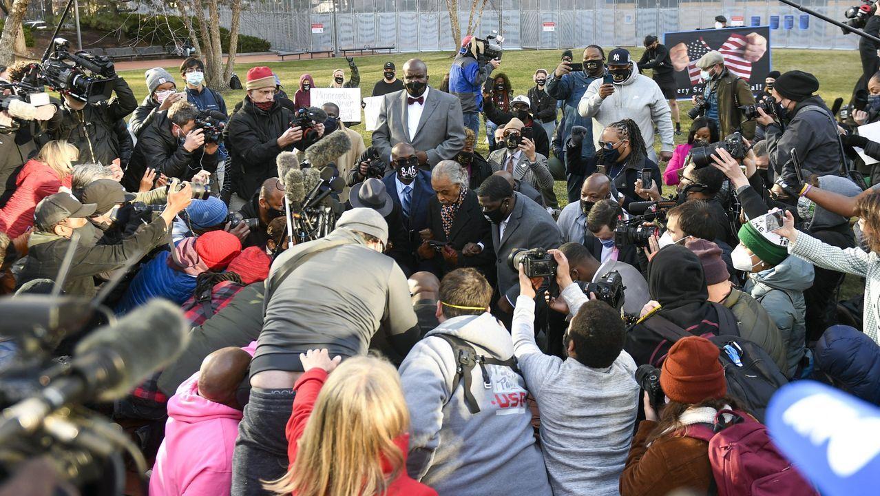 La familia y sus abogados se arrodillaron frente al juzgado durante 8 minutos y 46 segundos, el tiempo que el policia Chauvin apretó su rodilla contra el cuello de Floyd