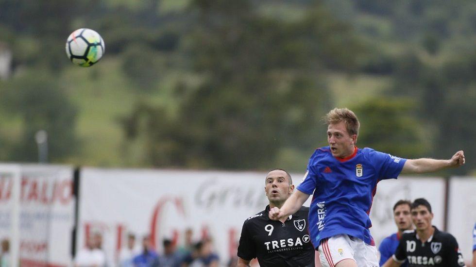 Tejera Real Oviedo Extremadura Carlos Tartiere.Edu Cortina disputa un balón ante Cervero en el Lealtad-Oviedo