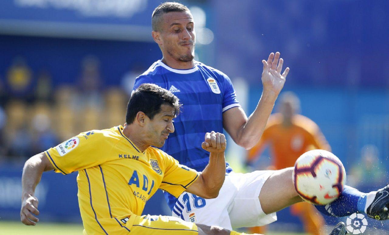 Christian Fernandez Jonathan Pereira Alcorcon Real Oviedo Santo Domingo.Christian Fernandez y Jonathan Pereira pugnan por un balon
