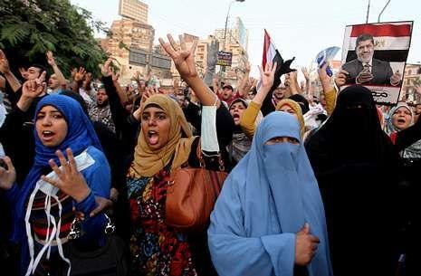 El vídeo con el que Estados Unidos quiere convencer a los legisladores.Seguidores de Mursi, durante una protesta en la plaza Roxy, de El Cairo.