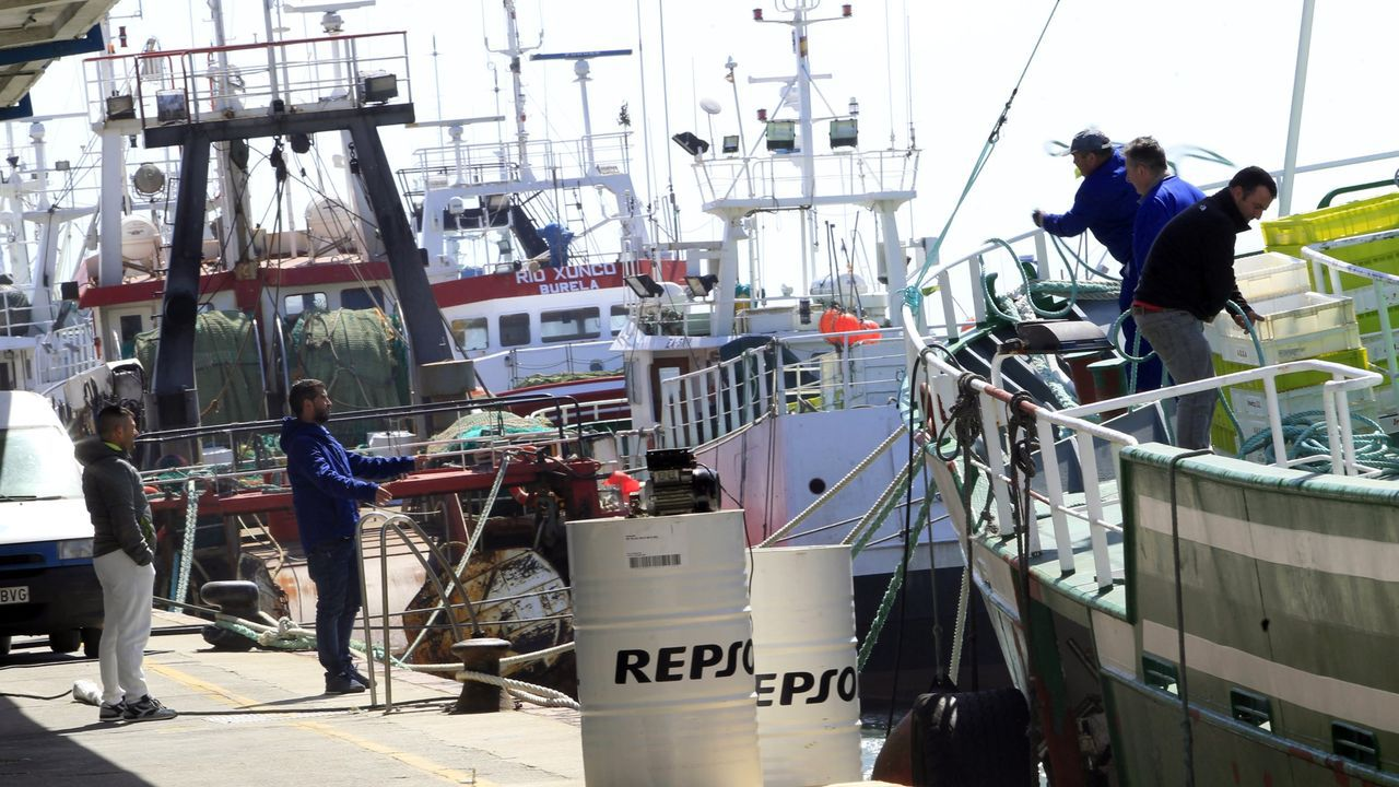 Desplazarse por carretera para trabajar en pesqueros se ha convertido en un problema para los armadores y los tripulantes, como estos de la imagen de archivo en el puerto de Burela