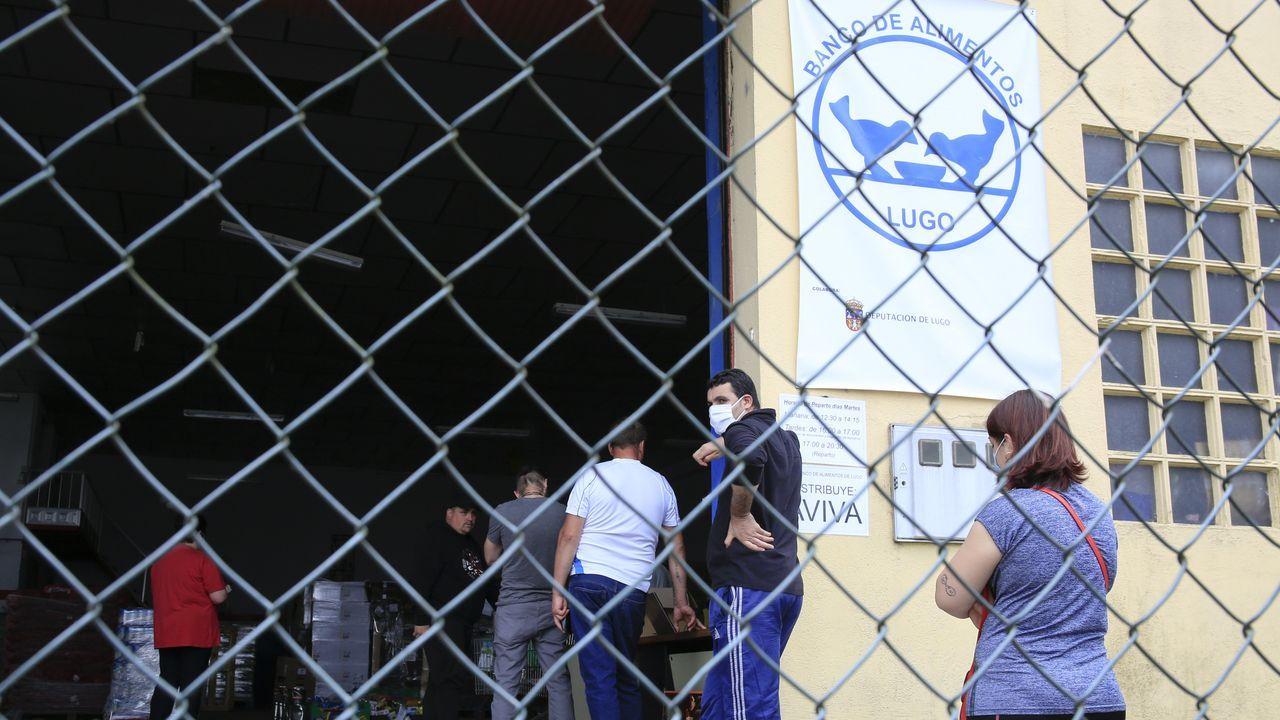 Música en la calle en Lugo.Voluntarios preparan paquetes de comida en el Banco de Alimentos