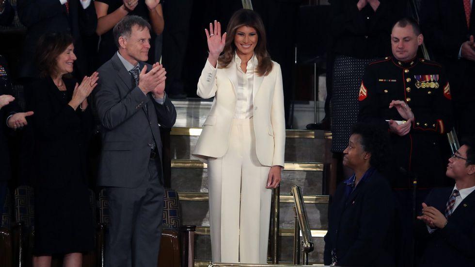 Una millennial, del Bronx y de origen latino gana las primarias demócratas en Nueva York.Trump besa a su esposa Melania durante la recepción de Pascua en la Casa Blanca