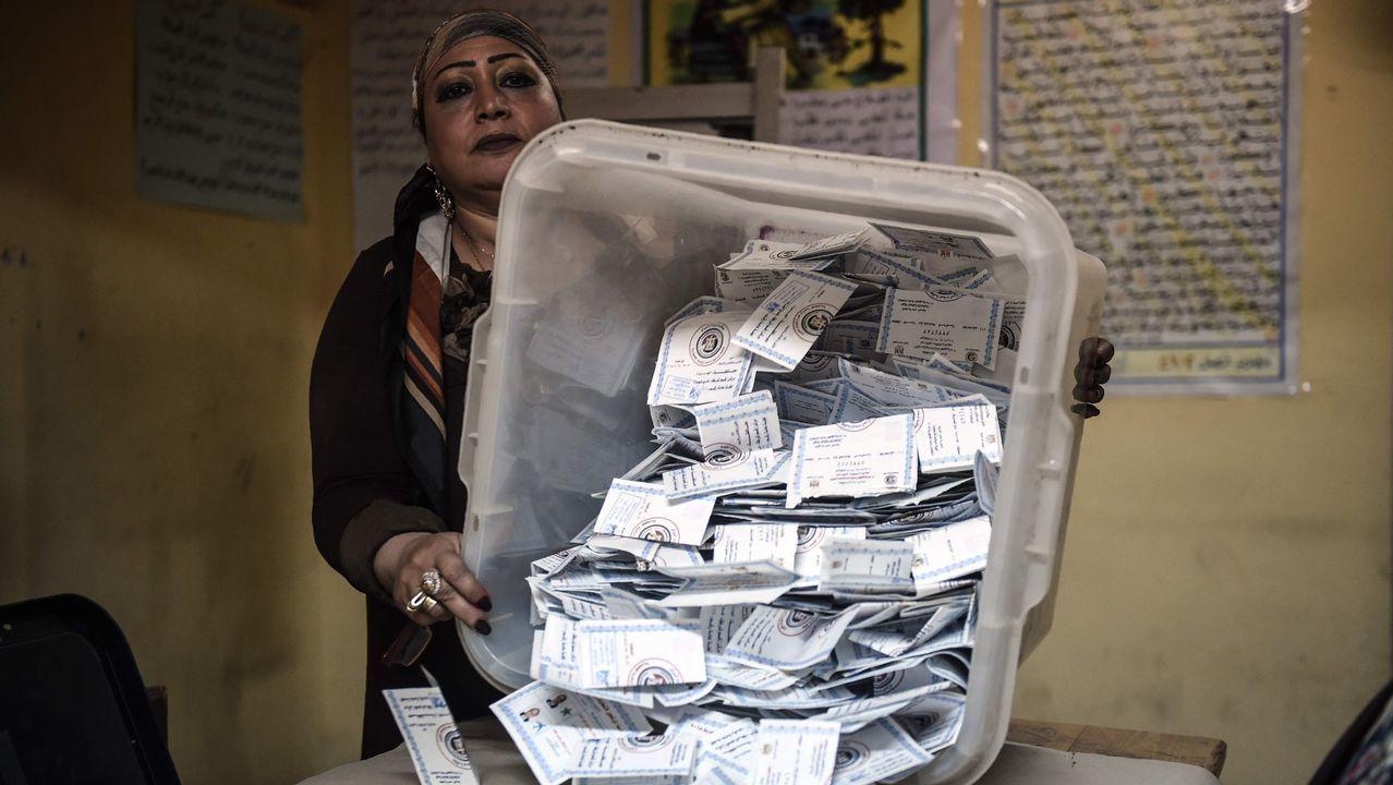 Un ciudadano pasa por uno de los múltiples cárteles de apoyo a Al Sisi desplegados en El Cairo