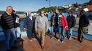La presidenta de Portos y la alcaldesa de Viveiro, flanqueadas por dirigentes pesqueros de Celeiro y concejales, en el exterior de la cofradía de pescadores