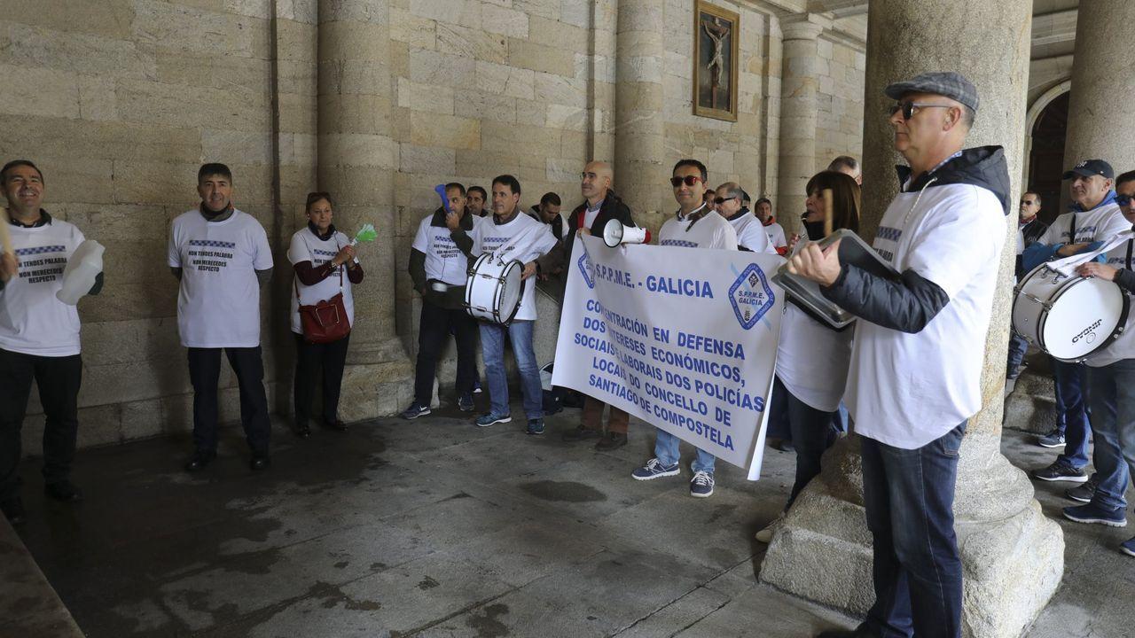 Incansables, los empleados de Alcoa se manifestaron otra vez este viernes en Santiago, a las puertas del Parlamento de Galicia, que se constituía