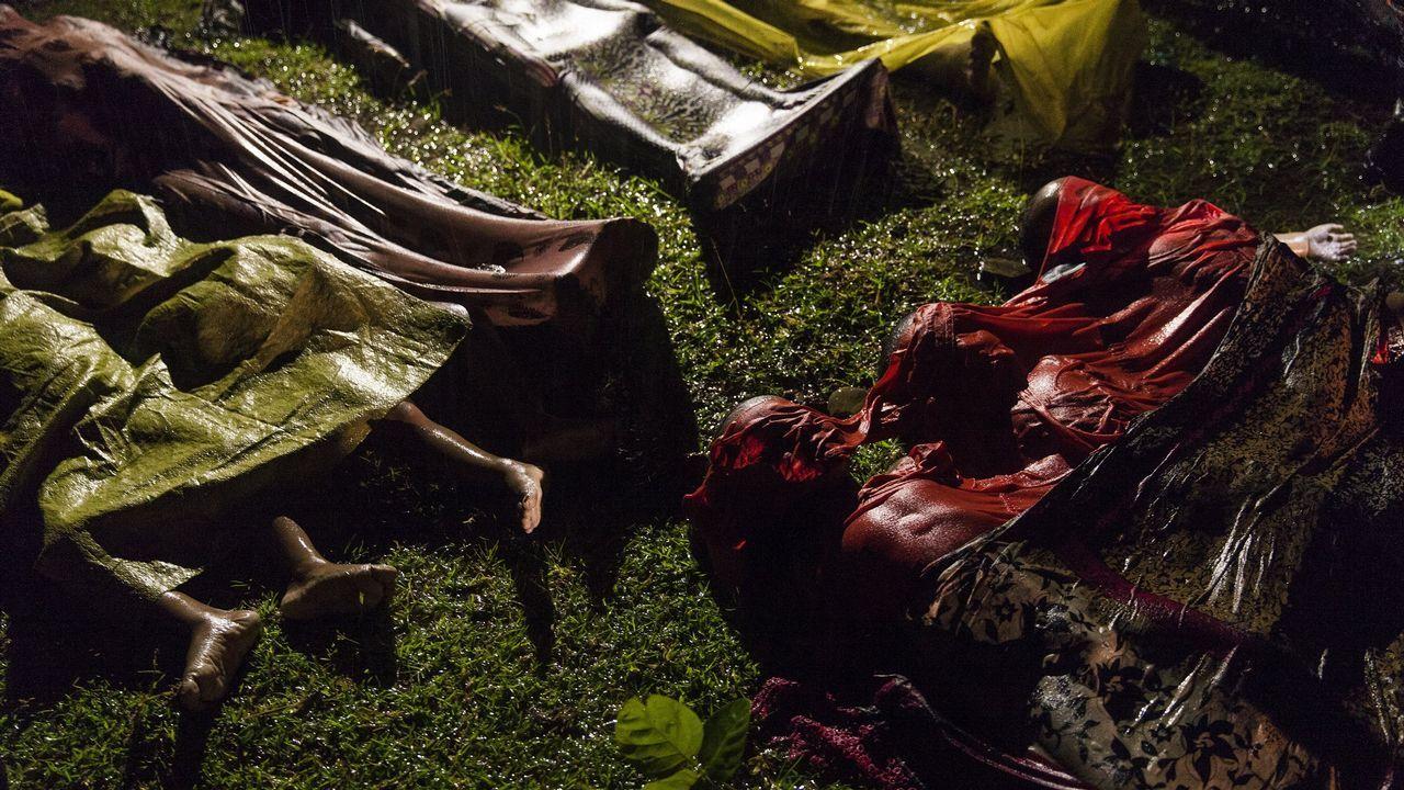 Fotografía cedida por la organización World Press Photo, que muestra la imagen captada por el fotógrafo Patrick Brown, ganador del primer premio de la categoría «General News». La foto muestra los cuerpos de los refugiados Rohingya después de que el bote en el que intentaban huir de Myanmar se hundiera a unos ocho kilómetros de Inani Beach, cerca de Cox's Bazar, Bangladesh, el 28 de septiembre de 2017. Alrededor de 100 personas estaban en el barco antes de zozobrar y solo 17 sobrevivieron.