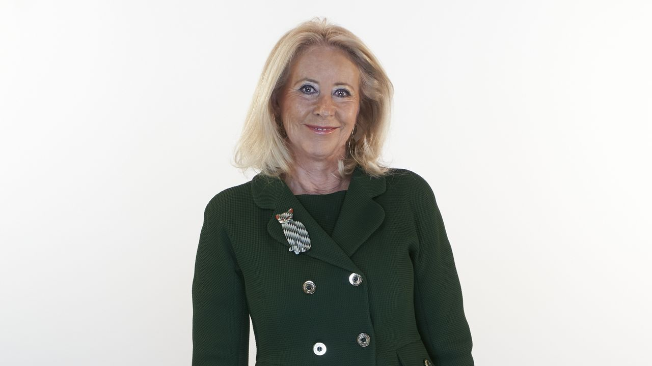María Corina Porro, número 2 del PP por Pontevedra. Ferrol (1953). Estudió Enfermería en la Universidad de Santiago de Compostela.  Después de ser concejal en Vigo, fue directora general en el Ministerio de Sanidad de la Xunta de Galicia (1999-2001), diputada por el PP en el Parlamento gallego (2002-2003), concejal de Asuntos Sociales (2001-2003) y alcaldesa de Vigo desde el 2003 al 2007. Fue senadora y presidenta de la Autoridad Portuaria de Vigo además de presidenta del Consejo Económico y Social de Galicia. En julio de 2019 fue nombrada Delegada Territorial de la Xunta .