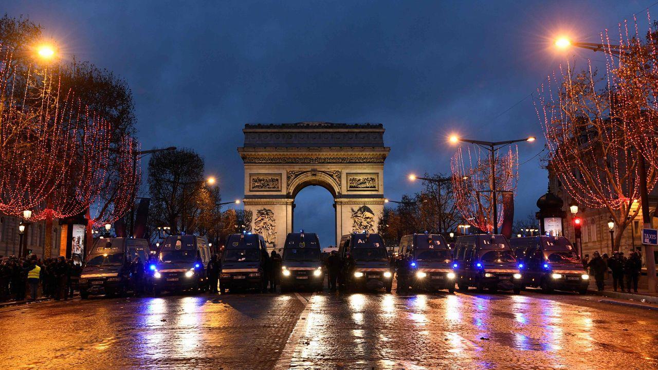 Coches blindados de la policía frente al Arco del Triunfo