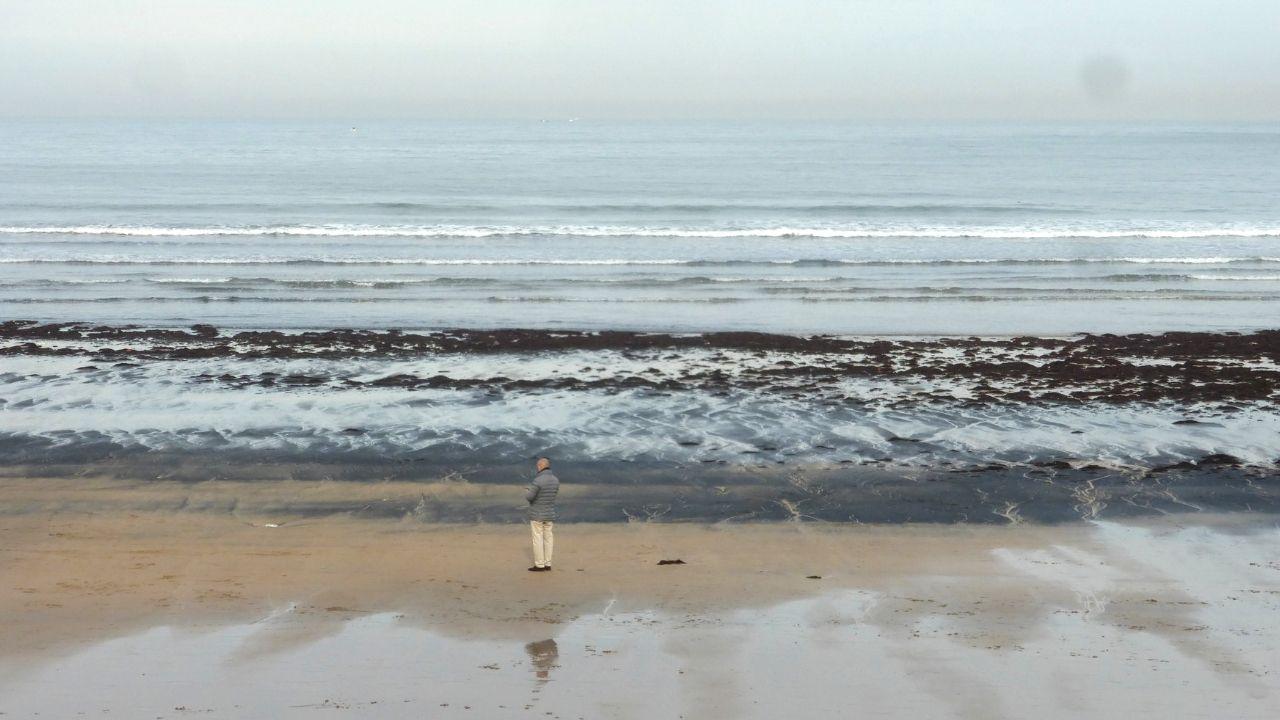 El carbón vuelvea la playa de San Lorenzo.Cubierta del ferry de la cancelada línea Gijón-Nantes, de la naviera LD Lines