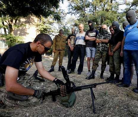 Voluntarios ucranianos reciben instrucciones sobre el manejo de armas en Mariúpol.