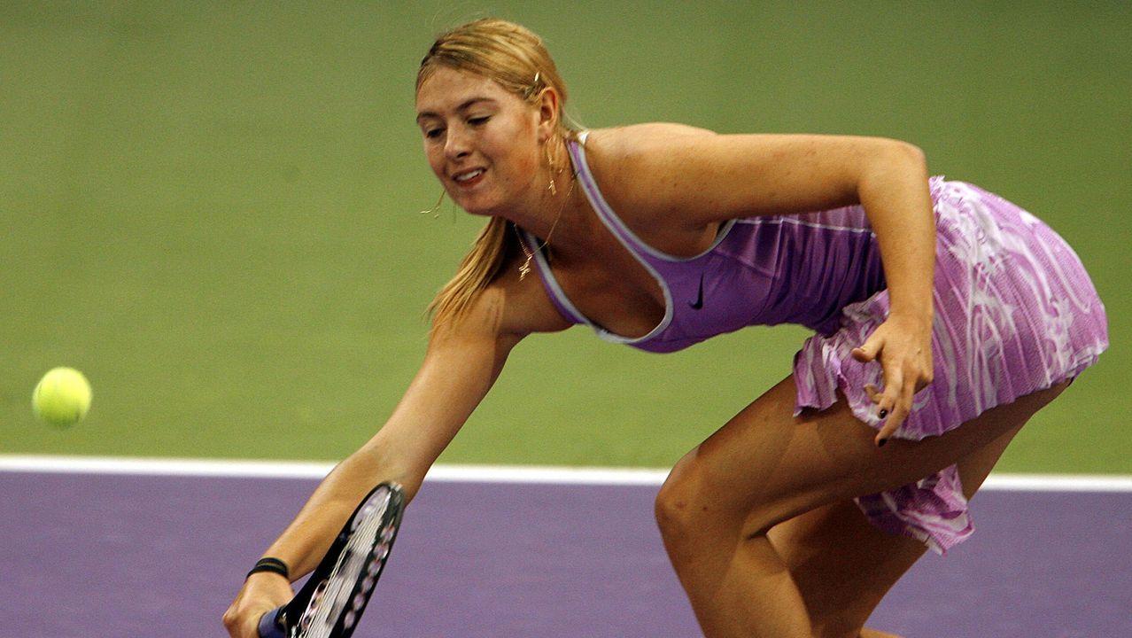La tenista rusa María Sharapova devuelve una bola a la rusa Elena Dementieva durante el partido que enfrenta a ambas en la liguilla del Masters Femenino de Tenis que se disputa en el pabellón Madrid Arena de la Casa de Campo.