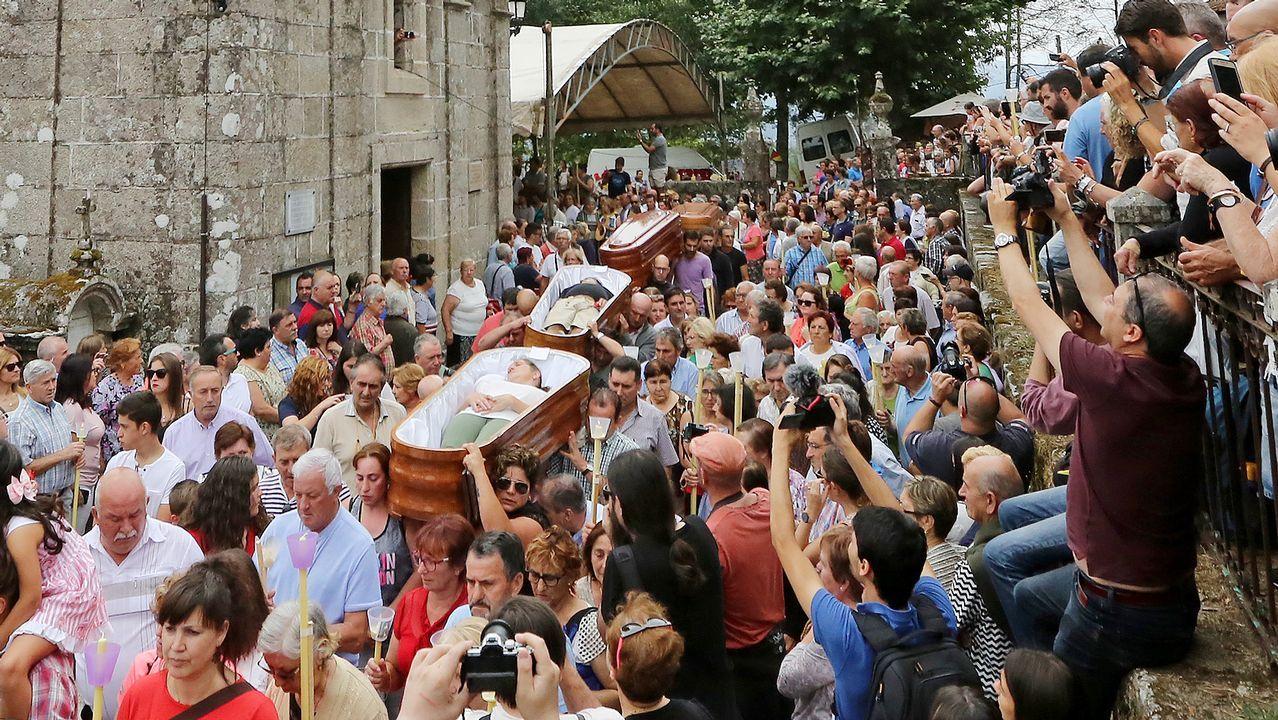 Desfile de ocho ataúdes en la «romería de los muertos» de Santa Marta de Ribarteme