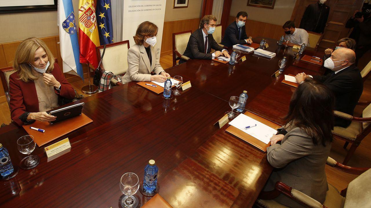 La vicepresidenta del Gobierno, Carmen Calvo, en el centro junto a Feijoo, en la reunión sobre el pazo de Meirás celebrada este miércoles en la Delegación del Gobierno
