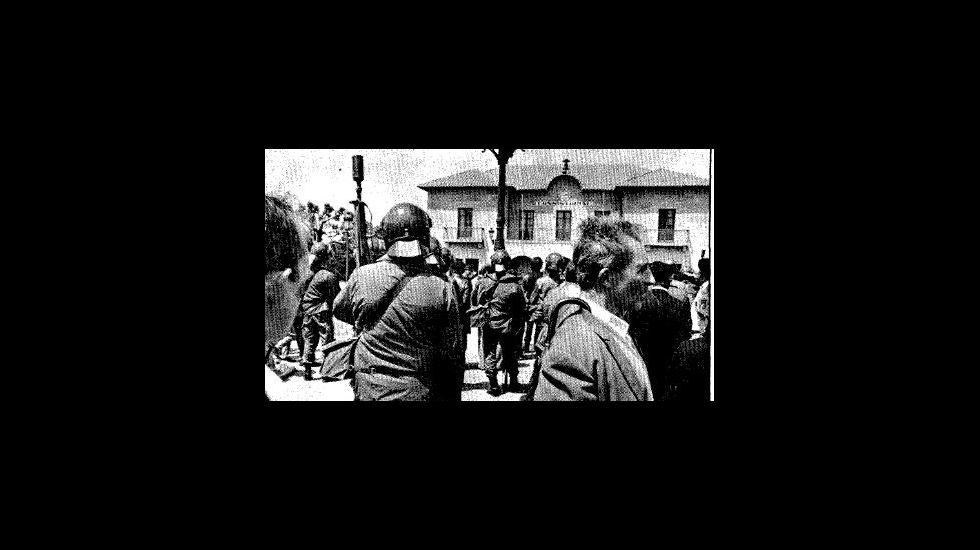 Las gaitas suenan en la Marcha Negra.FIGURA SILUETEADA DE UN REDERO COSIENDO REDES JUNTO A UN NORAY EN EL PUERTO DE A CORUÑA CON UN BARCO FAENANDO EN LA BAHIA HERCULINA EN UNA IMAGEN RETROSPECTIVA DE 1958