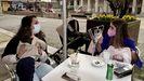 Dos madres jóvenes aprovechan el último día con la hostelería abierta en Soutomaior