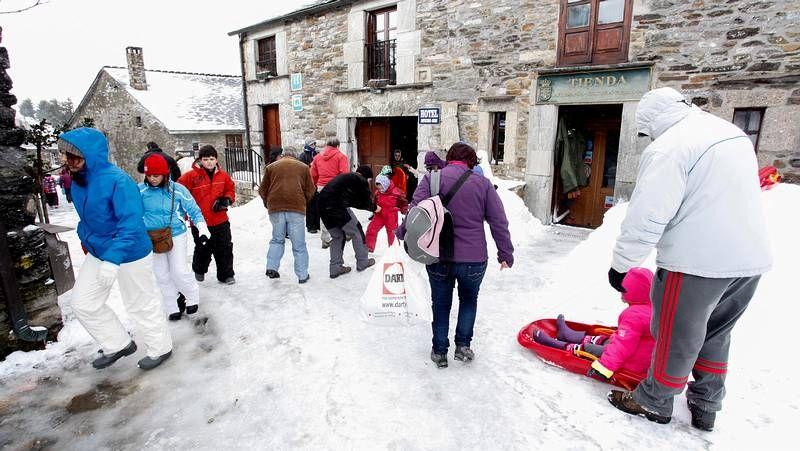 Peregrinación masiva a la nieve.Puntos como O Cebreiro se llenaron de visitantes, que aprovecharon la jornada de sábado para ver la nieve.