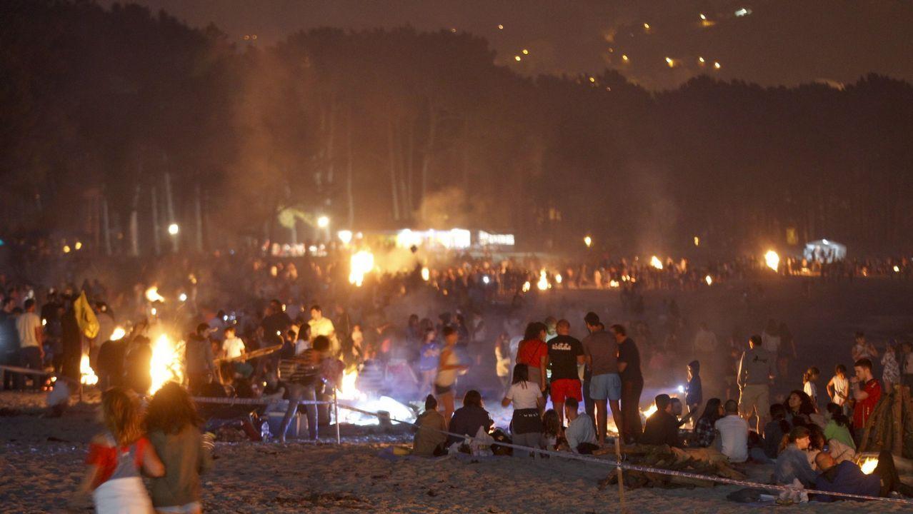 Una luminaria a lo grande en Batallones.Cabanas, una fiesta a la coruñesa. Con playa y juventud, A Madalena acogerá 98 hogueras en una celebración similar a la de A Coruña