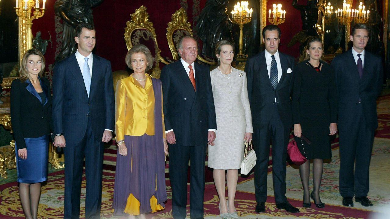 La pareja, a la entrada del museo Dalí en Figueres.La familia real, en el 2005, en el Palacio de Oriente