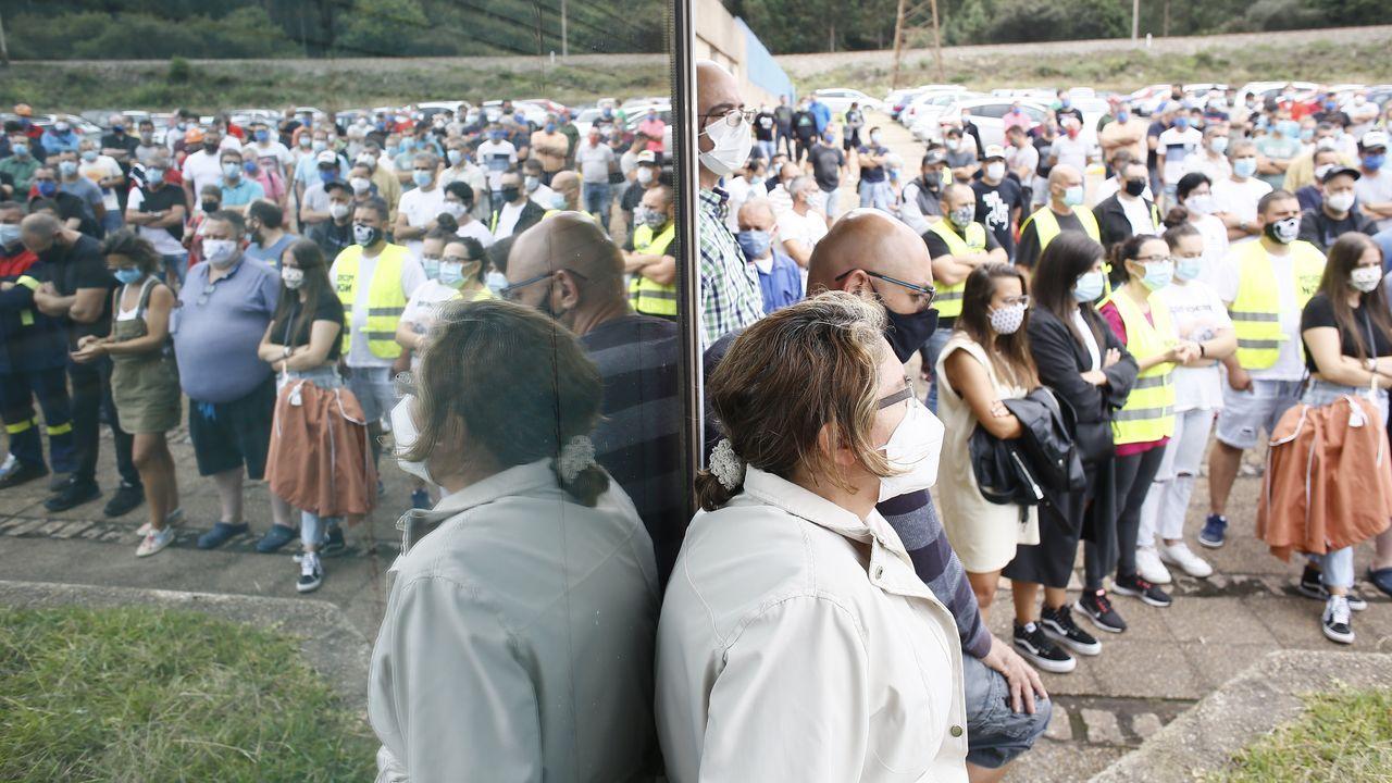 El futuro de más de 500 trabajadores directos (en imagen, una asamblea) y unos 400 de auxiliares de Alcoa está en el aire ahora más que nunca tras la comunicación del despido anunciado este viernes por Alcoa