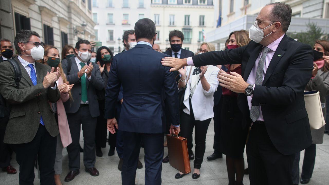 Santiago Abascal es aplaudido por los diputados de Vox en el patio del Congreso a su salida del hemiciclo