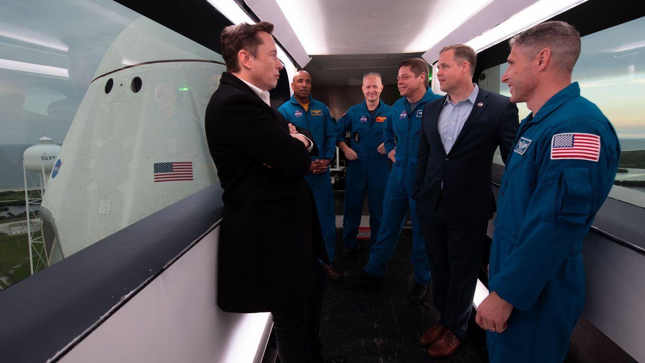 La «fiesta verde» clama en Oviedo contra el cambio climático. Elon Musk, a la izquierda, con varios astronautas