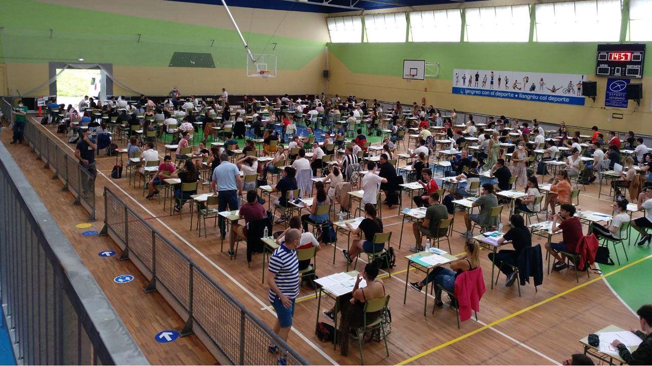 Alumnos de Langreo pasan el examen de la EBAU en el polideportivo de La Felguera