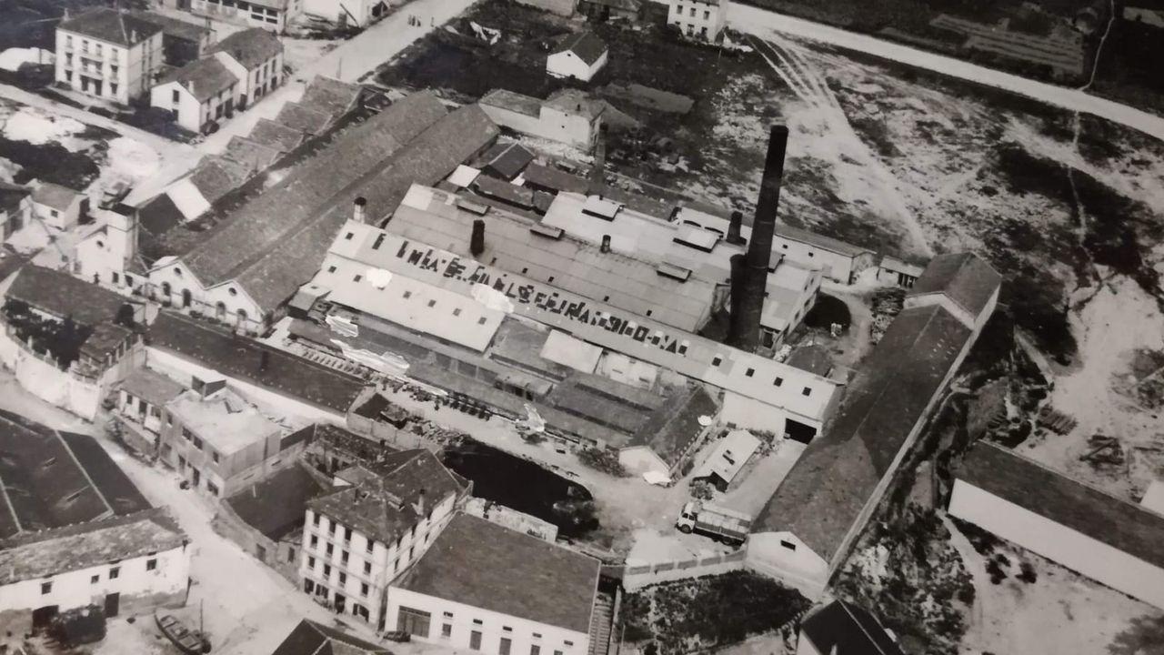 Foto de los años 40 de la antigua fábrica de gres Cucurny en el centro de Burela