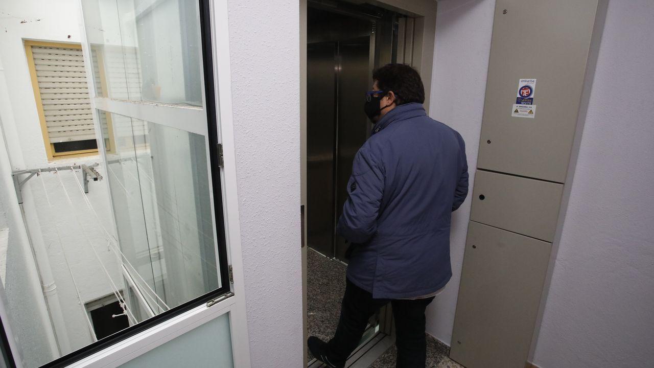 Así es la casa de Vigo que cuesta 7,5 millones de euros.Un ascensor por el patio de luces. En este edificio de la Ronda do Carme de Lugo acaban de estrenar un ascensor que utiliza parte del patio de luces, uno de los sistemas más económicos, frente al hueco de la escalera y al que utiliza parte de habitaciones de los pisos, modelo más caro