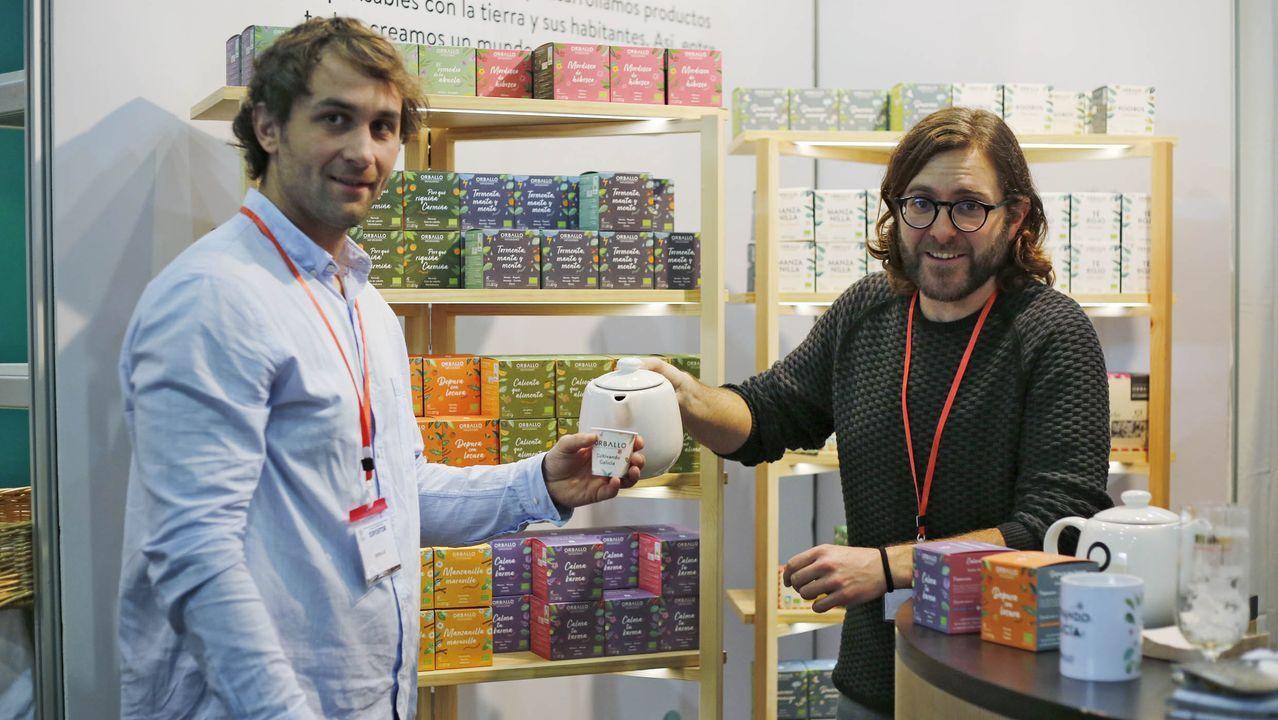 Óscar Torres, a la derecha, presenta Orballo, una marca de infusiones de Paderne (A Coruña)