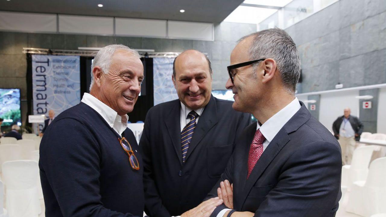 Pachi Vázquez dialoga con el alcalde de Ourense en presencia de Rogelio Martínez (centro)