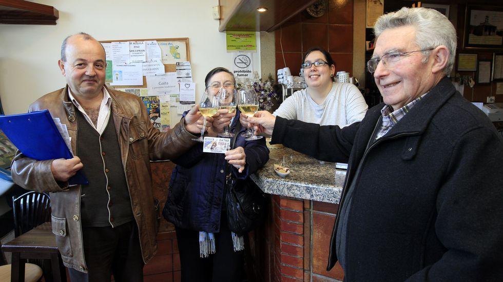 La ONCE deja un premio de 350.000 euros enCervo y Xove.Hinchables en la piscina de Xove dentro del Día do Neno