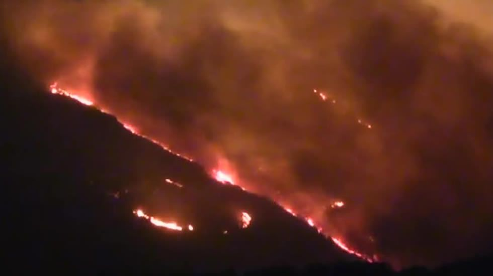 Un incendio asola el Monte Gurugú.Un conductor reposta en una gasolinera