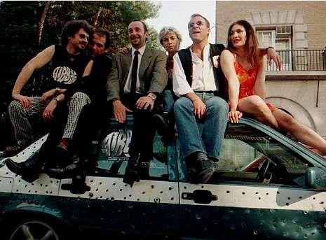El director Juanma Bajo Ulloa, a la izquierda, presenta en 1997 «Airbag» con algunos de los actores de la película: Karra Elejalde, Manuel Manquiña, Noemí Climent, Fernando Guillén y Gabriela Roy.