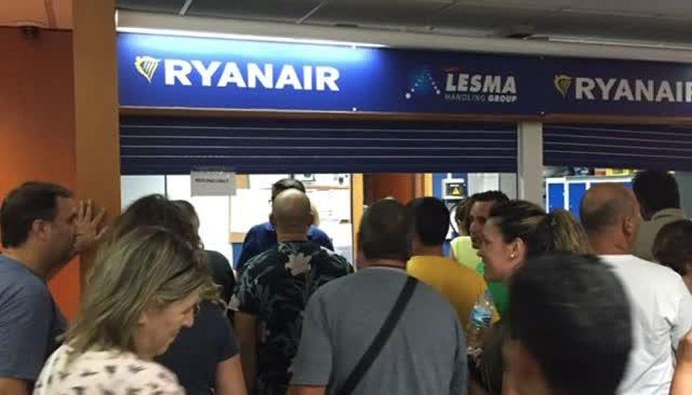 Atrapados en Lanzarote.Un grupo de pasajeros consulta los vuelos en el Aeropuerto de Asturias