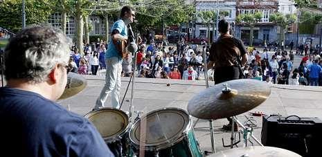El grupo MalaVida fue el encargado de iniciar el acto de protesta celebrado por la tarde en la plaza do Concello de Carballo.