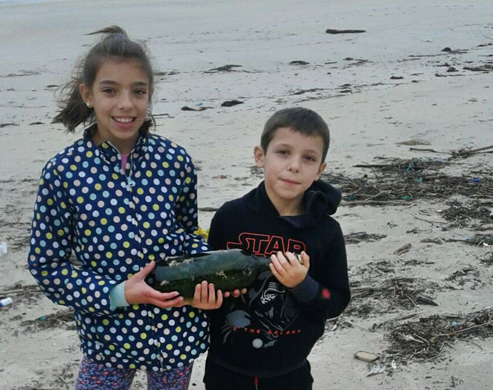 Soria comparecerá previsiblemente el martes en el Congreso.Marina y Juanmi posan con la botella que encontraron en Reboredo.
