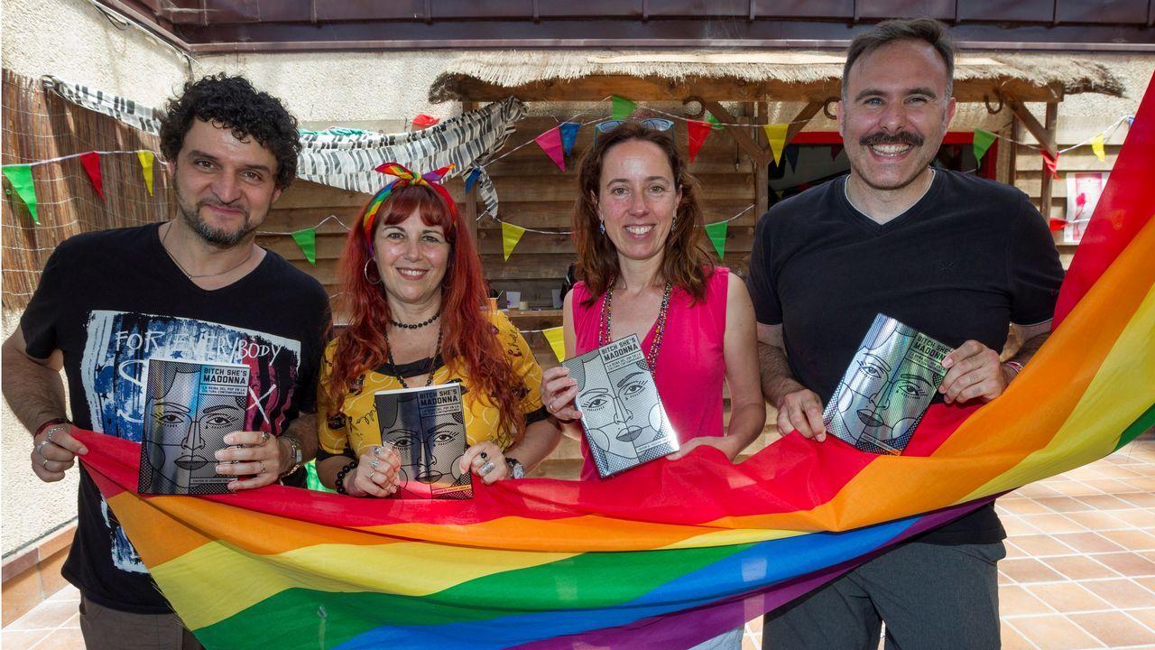 Borja Ibaseta (i), Laura Viñuela. (2d), Ana Fernández Alonso (2i) y Eduardo Viñuela (d) posan con el libro durante la presentacion hoy en el festival  El Orgullín del Norte , que se celebra este fin de semana en Gijón como un acto reivindicativo de la diversidad sexual.