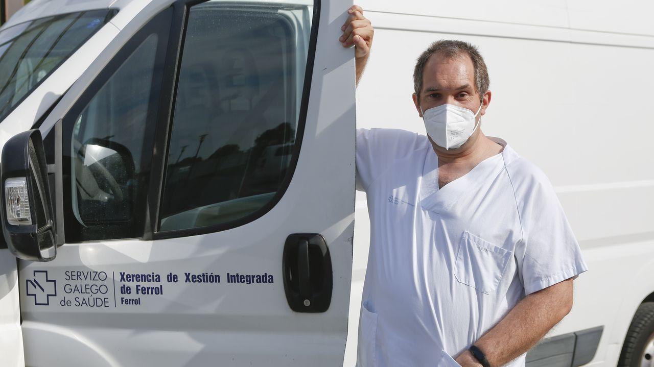 Javier Valiño Rodríguez, ante la furgoneta del Arquitecto Marcide que usa cada día en el trabajo