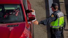 Agentes de la Policía en un control instalado a la entrada a la capital asturiana por la autopista A-66